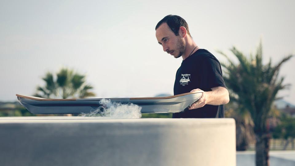 Keren! Lexus Perkenalkan Hoverboard, Skateboard Melayang
